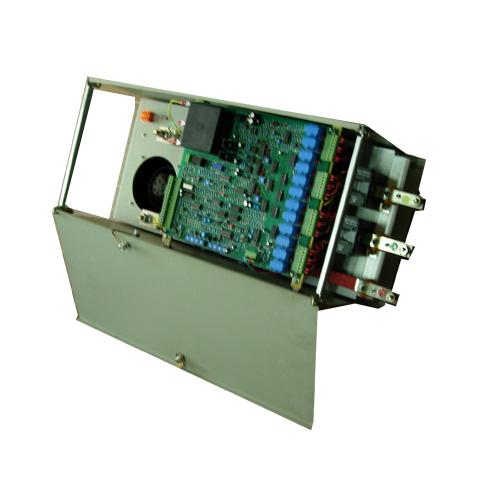 506/507/508式系列小型调速器,为永磁直流电机调速而特设计的非隔离电机速度控制器,调速器驱动被设计成有单相交流电110V/120V或者220V/240V,频率50-60HZ。 调速器被设计成可安装在一条长的导轨上。 用于线形闭环反馈信号是由电机电枢的直流电压来控制的。 电机转速可以不以电机负载变化而改变。 连接在电机轴上的测速电机提供的反馈信号的大小,被用于改善电机转速。 因为电机电枢电流总是设置在电位器最大电流之上,所以电流环里面的速度反馈路径得到保证。如果调速器失速后,失速计时器将会使电机在约